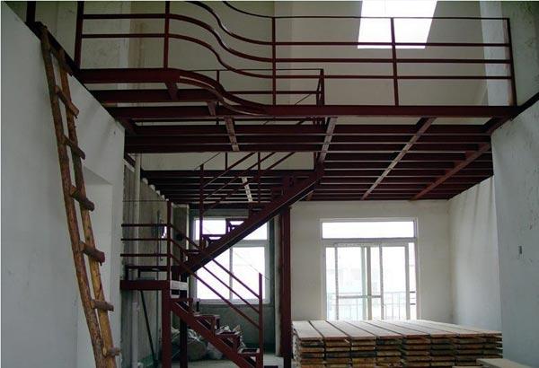 7、我们把楼板配筋分适筋、少筋、超筋。 钢结构做隔层的方法钢结构做隔层的方法不外乎用符合国家标准的型钢焊接成纵横交错的钢网,上铺木板下吊阻燃板顶而成。这里面最重要的是钢结构的可靠性,它不仅依靠型钢的焊接质量,还有主梁的抗弯性选择,但更重要的是依靠钢结构与墙体合理的连接方式。所以做钢结构隔层并不是想象的那样简单,一定要请有设计和施工资质的队伍做。   爱牢专业建筑加固改造、南京混凝土切割、古建筑修缮: